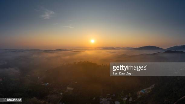 bao loc city, lam dong, vietnam - the fog fog flowing, aerial view. - hochplateau stock-fotos und bilder