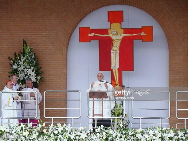 B>Após a celebração da missa na Basílica do Santuário Nacional de Nossa Senhora Aparecida, o papa Francisco foi até a Tribuna Bento XVI, que fica na...