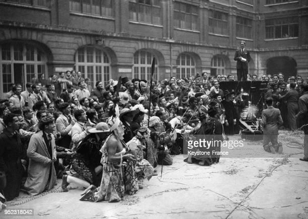 Baptême' de la nouvelle promotion dans la cour de l'Ecole Normale à Paris France en 1932