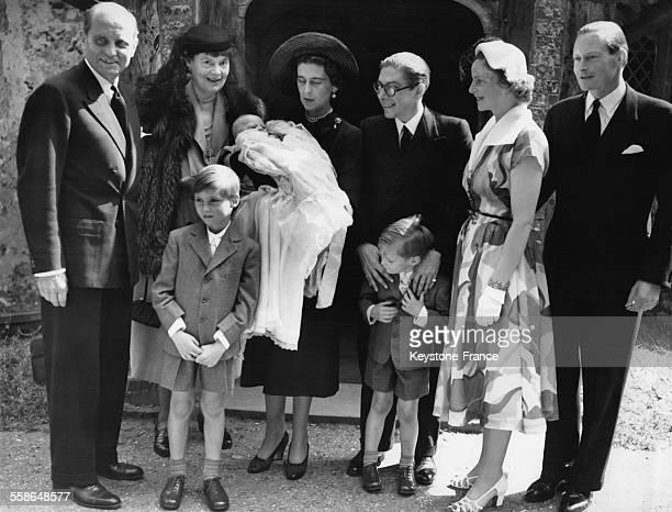 Baptême de la Princesse Victoria Marina Cécilie, dans les bras de sa marraine la Duchesse de Kent, entourées de Maxilimilian von Rogister, de sa...