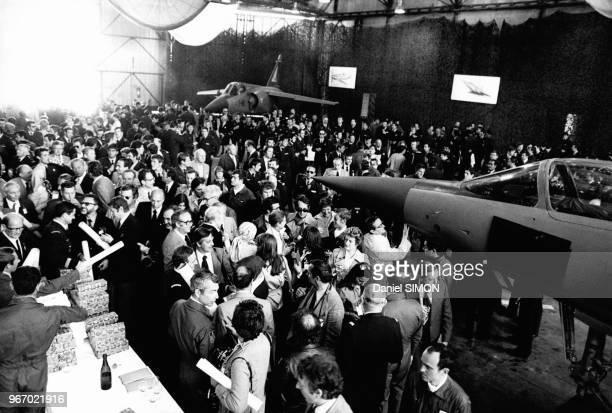 Baptême des premiers avions de chasse Mirage F1 dans la base aérienne 115 OrangeCaritat dans le Vaucluse en France le 27 avril 1975