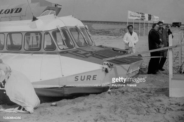 Baptême du premier 'hovercraft' pour la liaison CalaisRamsgate sur la plage de Calais le 30 mars 1966 en France