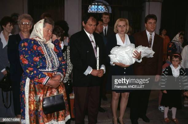 Baptême d'un bébé dans une église à Domazlice en mai 1997 République tchèque