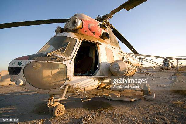 baqubah, iraq - an iraqi mi-2 helicopter sits on the flight deck abandoned at camp warhorse. - baqubah fotografías e imágenes de stock