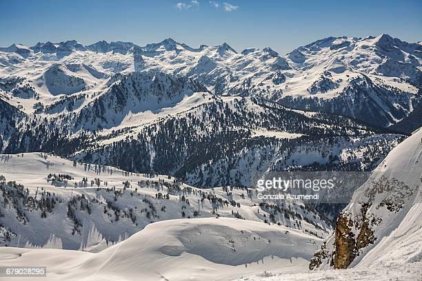 baqueira beret in  pyrenees. - provinz lerida stock-fotos und bilder