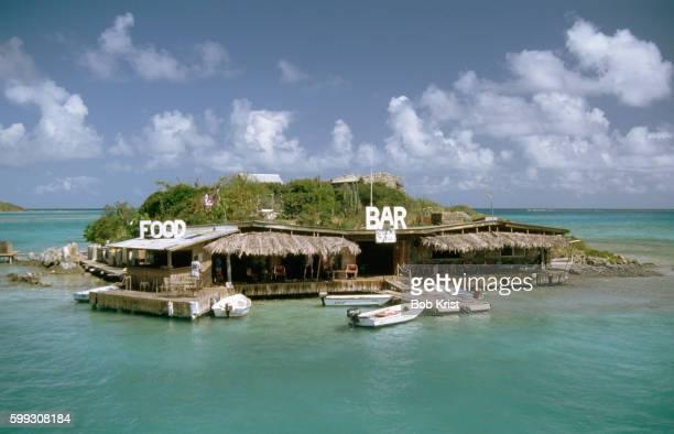 bar and restaurant on saba rock - islas de virgin gorda fotografías e imágenes de stock