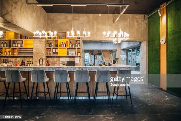 bartheke des modernen cafés - bar stock-fotos und bilder