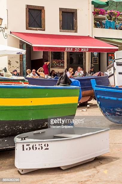 bar do mar in front of fishing boats - merten snijders 個照片及圖片檔