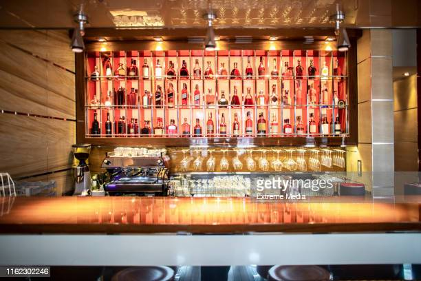 um bar com bebidas exibe um restaurante de prestígio - balcão de bar - fotografias e filmes do acervo