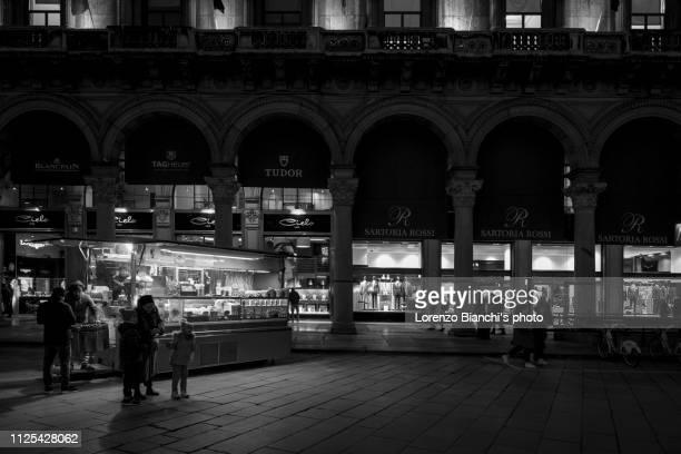 baracchino in piazza duomo, milano (bianco e nero) - bianco e nero stock pictures, royalty-free photos & images