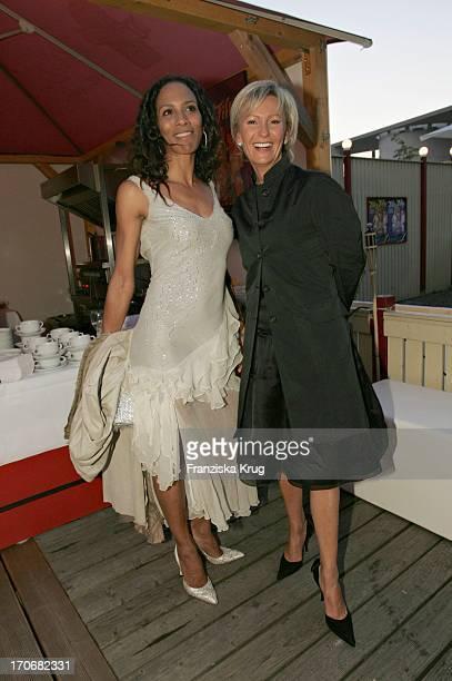 Barbara Becker Und Sabine Christiansen Beim 60 Geburtstag Von U Walz Im Tipi Zelt Am Kanzleramt In Berlin Am 280704