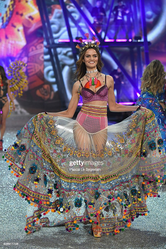 Barbara Fialho walks the runway at the Victoria's Secret Fashion Show on November 30, 2016 in Paris, France.
