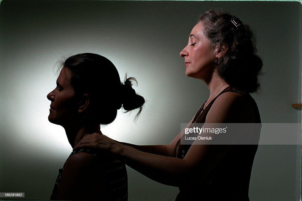 Barbara Lawren practices reiki in her Danforth studio. : Fotografía de noticias