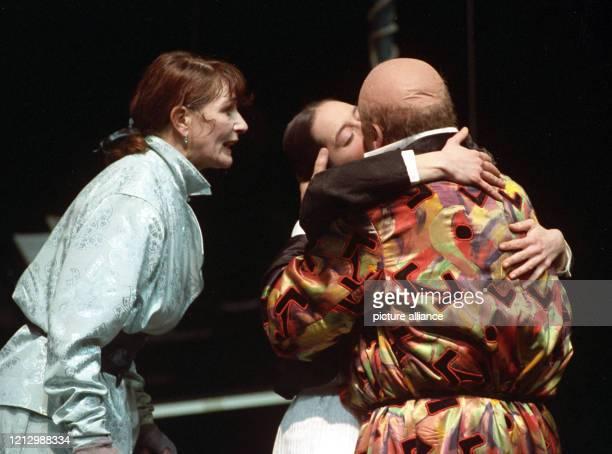 Barbara Nüsse in der Titelrolle mit Jele Brückner als Marie und Peter Brombacher als Gabriele d'Annunzio in einer Probenszene der musikalischen...