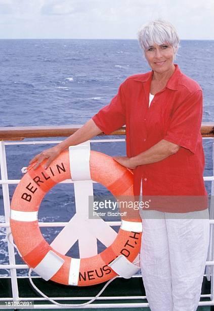 Barbara Rütting neben den Dreharbeiten zur ZDFSerie Traumschiff Folge 21 Ägypten Atlantik MS Berlin Kreuzfahrtschiff Kreuzfahrt auf Deck Rettungsring...
