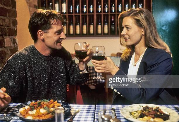 Barbara Rudnik Max Tidof 12teilige ZDFSerie Die Stadtindianer Deutschland Europa Restaurant anstoßen mit Glas Rotwein Wein Getränk Teller mit Speisen...