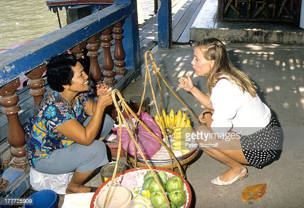 Barbara RudnikThailänderin neben den Dreharbeiten zur ZDFSerie 'Insel der Träume' Bangkok Thailand SüdOstAsien am MenamFluß ObstStand Bananen Markt...