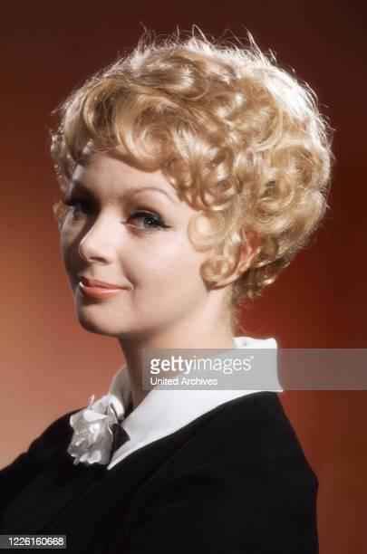 Barbara Schöne, deutsche Schauspielerin und Sängerin, Deutschland Ende 1960er Jahre. German actress and singer Barbara Schoene, Germany late 1960s.