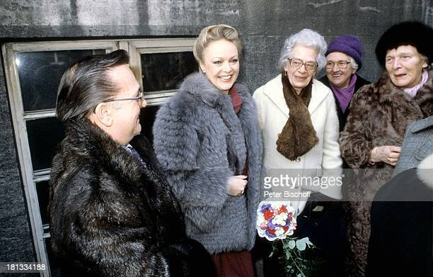 Barbara Schöne Ehemann Jonny Buchardt Bekannte Standesamt Spandau Berlin Deutschland Europa Hochzeit Blumen Mantel Schauspielerin LR Sc