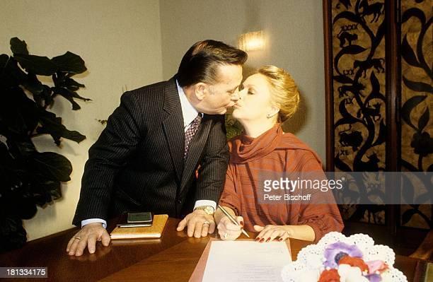Barbara Schöne Ehemann Jonny Buchardt Standesamt Spandau Berlin Deutschland Europa Kuss Küssen Hochzeit unterschreiben Anzug Krawatte Schauspielerin...