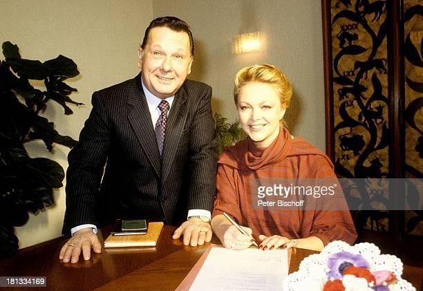 Barbara Schöne Ehemann Jonny Buchardt Standesamt Spandau Berlin Deutschland Europa Hochzeit unterschreiben Anzug Krawatte Schauspielerin LR Sc
