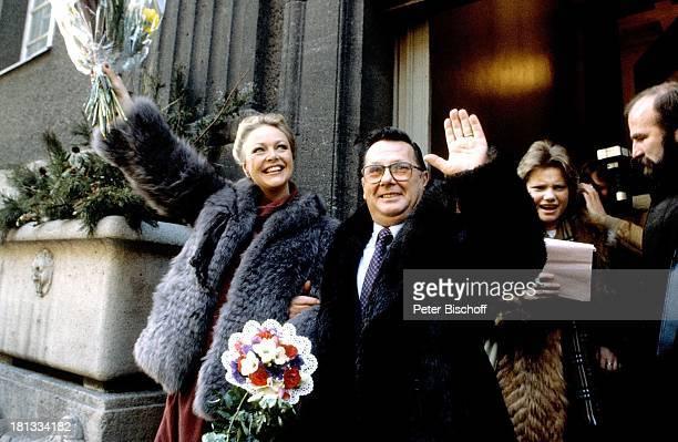 Barbara Schöne Ehemann Jonny Buchardt Standesamt Spandau Berlin Deutschland Europa Hochzeit Blumen Mantel winken Schauspielerin LR Sc