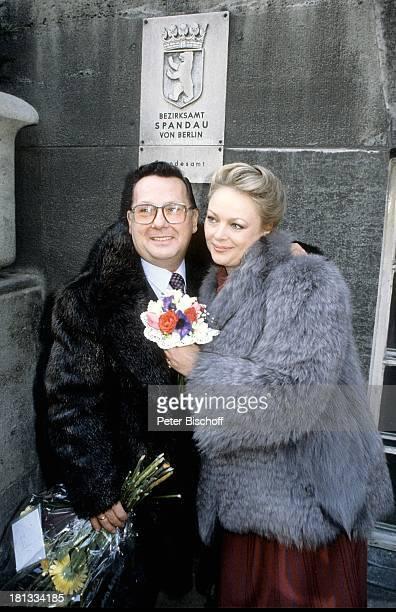 Barbara Schöne Ehemann Jonny Buchardt Standesamt Spandau Berlin Deutschland Europa Hochzeit Blumen Mantel Umarmen Schauspielerin LR Sc
