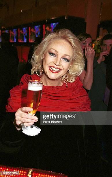 """Barbara Schöne,""""Bambi""""-Verleihung, Berlin, Deutschland, Europa,;Hotel """"Estrel"""", Abendgarderobe, Bier,;Bierglas, Glas,"""