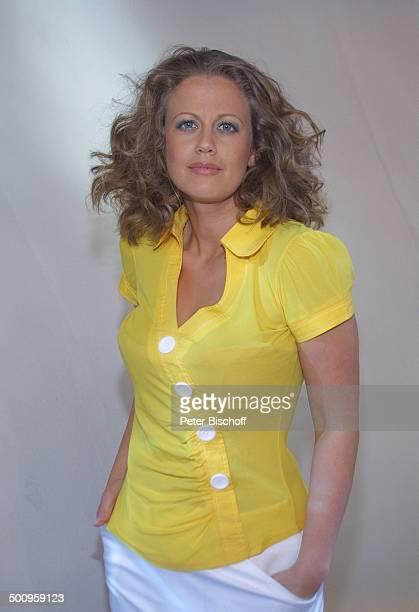 Barbara Schöneberger, geb.: 5. März 1974, Sternzeichen: Fische, Porträt, Studio, Köln, Kleid, Sommerkleid, Portrait, Moderatorin Promi, P.-Nr.:...