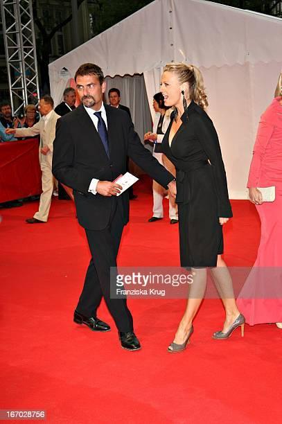 Barbara Schöneberger Und Freund Mathias Krahl Bei Der Verleihung Des Henri Nannen Preis Im Schauspielhaus In Hamburg Am 110507