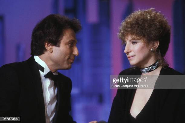 Barbara Streisand et Michel Drucker lors d'une émission de télévision à Paris le 17 mars 1984 France