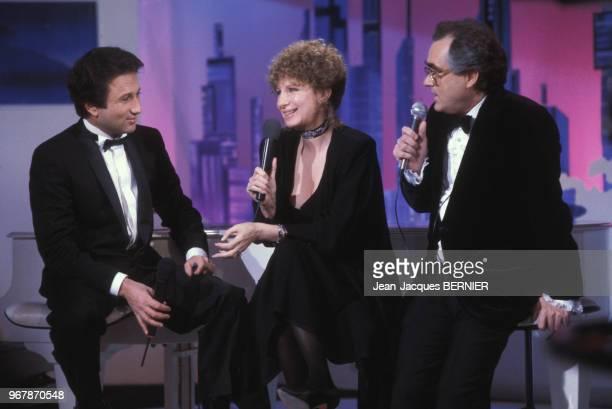 Barbara Streisand Michel Drucker et Michel Legrand lors d'une émission de télévision à Paris le 17 mars 1984 France