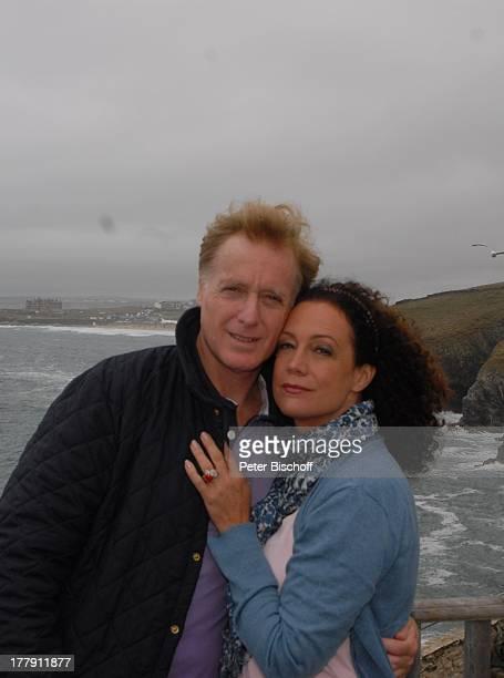 """Barbara Wussow, Ehemann Albert Fortell, links im Hintergrund: Headland-Hotel"""", am Rande der Dreharbeiten zum 101. Rosamunde-Pilcher-Film """"Englischer..."""