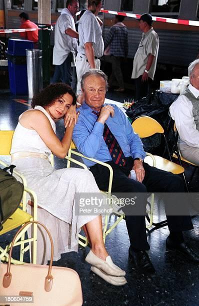 Barbara Wussow Karl Walter Diess Dreh zu ZDFFilm Singapur Express Bahnhof Bangkok Thailand Asien Bahnsteig Wiedersehen Begrüßung P Nr 740/2001