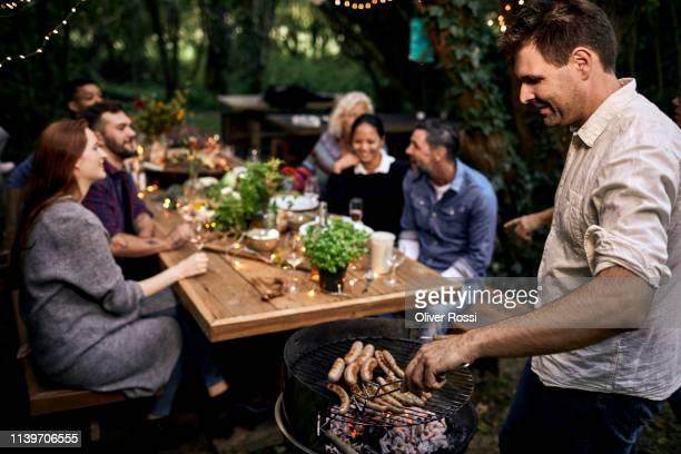 barbecue garden party - barbecue photos et images de collection