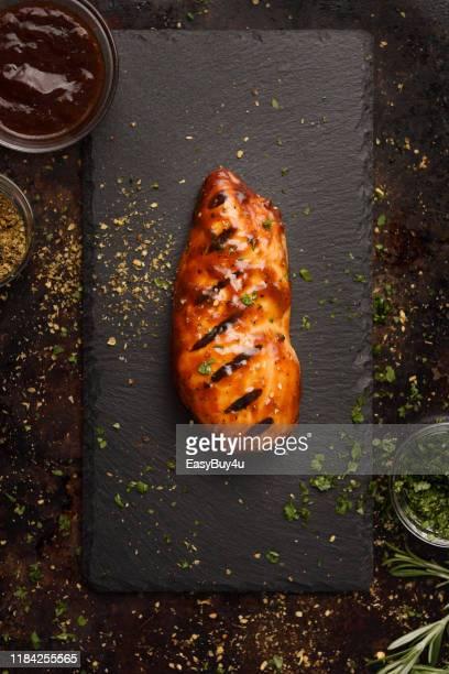 poitrine de poulet grillée barbecue avec assaisonnement - poulet viande blanche photos et images de collection