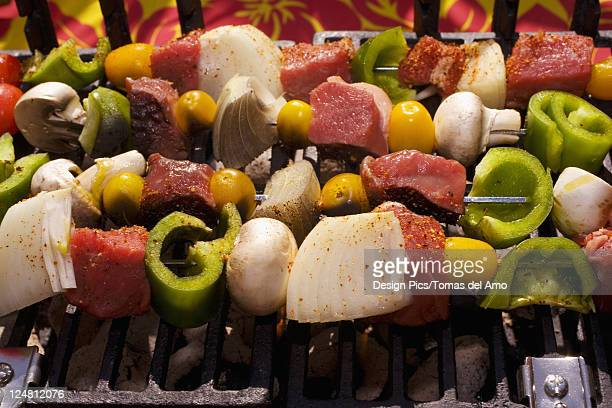 barbecue scene, shish kabob on the grill. - stick stock-fotos und bilder