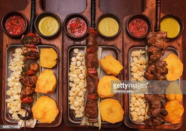 barbecue skewers - comida peruana fotografías e imágenes de stock