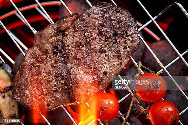 grillades au barbecue - aliment grillé au charbon de bois photos et images de collection