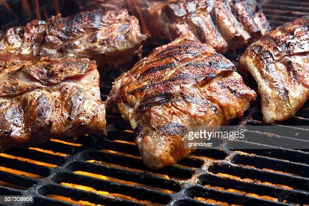 des côtelettes de porc grillées au charbon de bois audacieux - aliment grillé au charbon de bois photos et images de collection