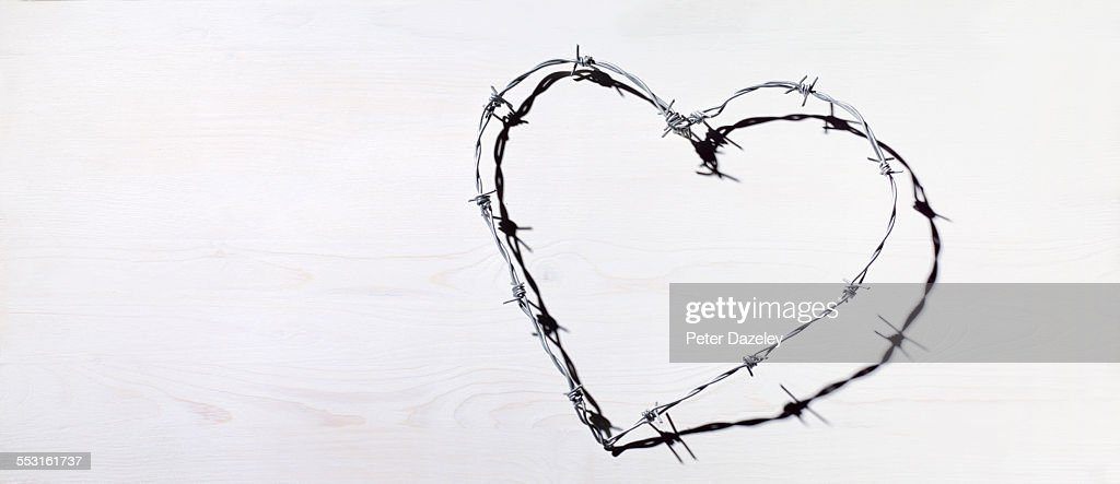 Barbed wire heart love and romance : ストックフォト
