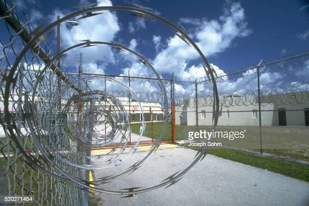 barbed wire on prison fence - federal prison fotografías e imágenes de stock