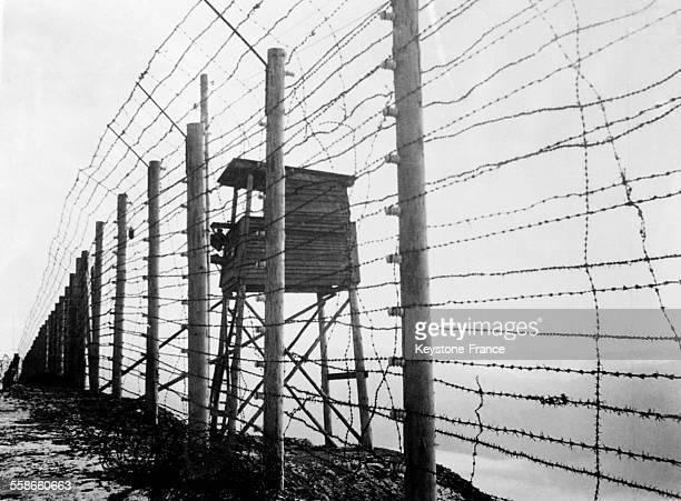 Barbelé entourant le camp de concentration de Struthof et poste de guet à Natzwiller France circa 1940