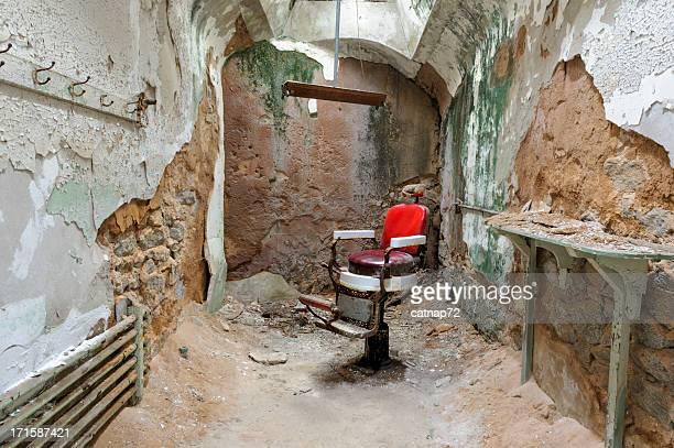 Sinal de cadeira vazia em ruínas de cela, acrescida de Leste
