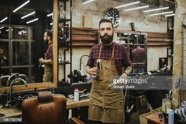 barber shop - ein mann allein stock-fotos und bilder