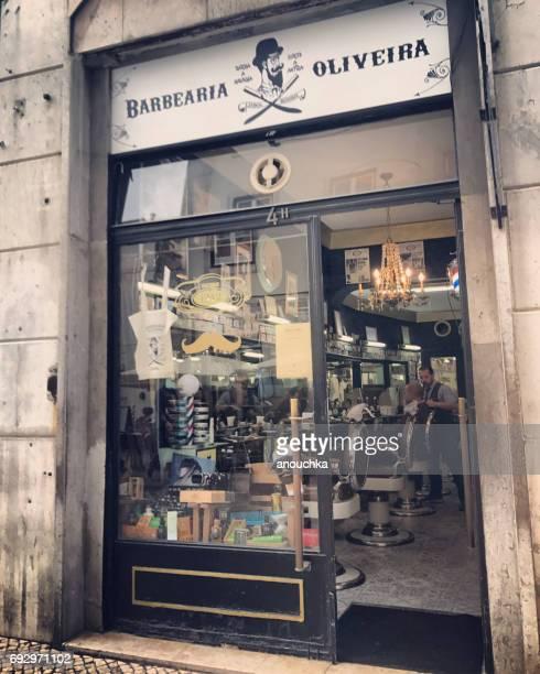 Barber shop con peluquero y su cliente hacer peinado adentro Lisboa, Portugal