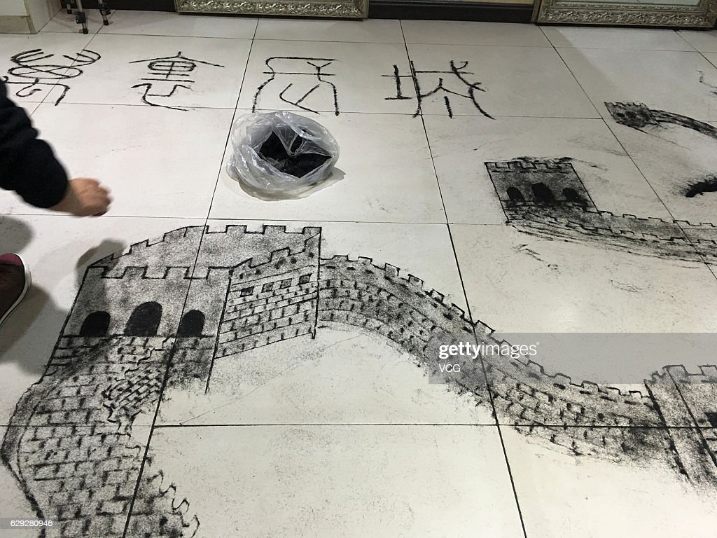 """Barber Uses Hair Clippings """"Paint"""" Great Wall In Jilin : Nachrichtenfoto"""