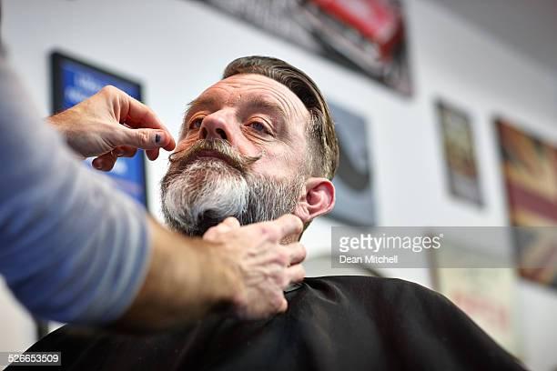 Barber trabajando en cliente Bigote