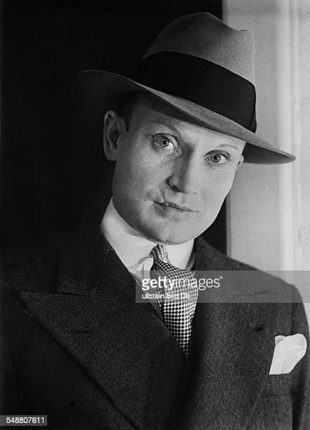 Barbette *19.12..1973+ Trapezium artist, travesty artist, USA - Portrait in a men's suit with a powdered face - 1932 - Photographer: Neofot - Vintage...