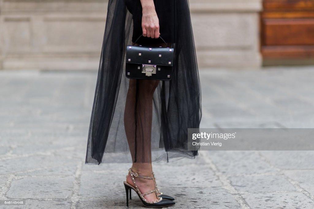 Street Style: February 27 - Milan Fashion Week Fall/Winter 2017/18 : Photo d'actualité